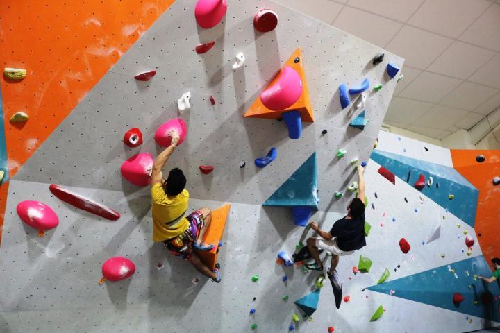 Un grimpeur dans un parcours de bloc