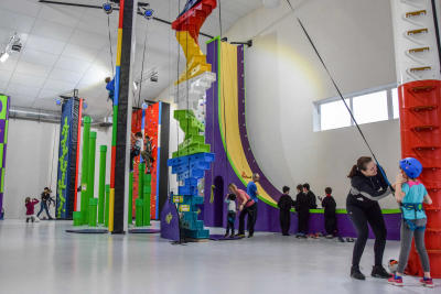 Enfants et adultes s'amusant à l'espace ludique Clip'n Climb de B'up à Clermont