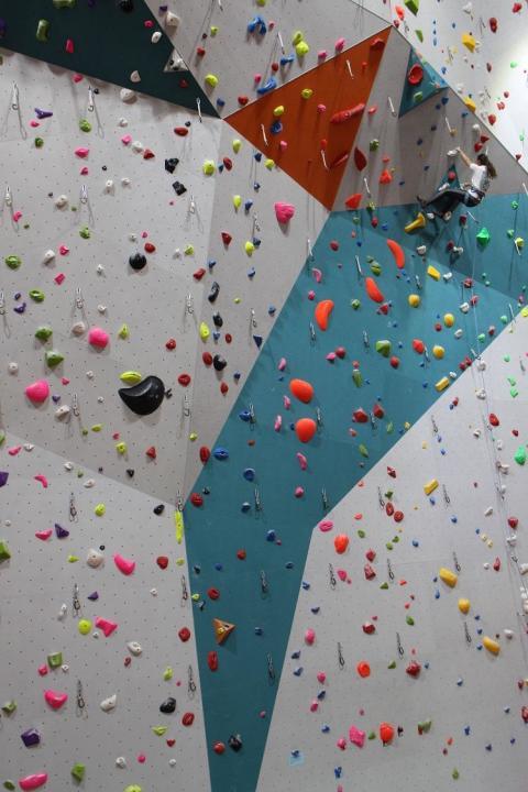 Grand mur d'escalade dans la salle B'up à Clermont